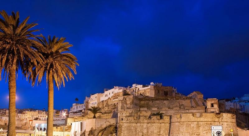 Tanger de bnoche. Ciudad amurallada
