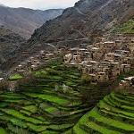 Valle con poblado y capas horizontales de huertas