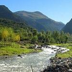 Valle de Ourika, rio transcurriendo por valle verde
