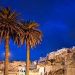 Tanger de noche. Muralla de la ciudad y palmeras. Marruecos