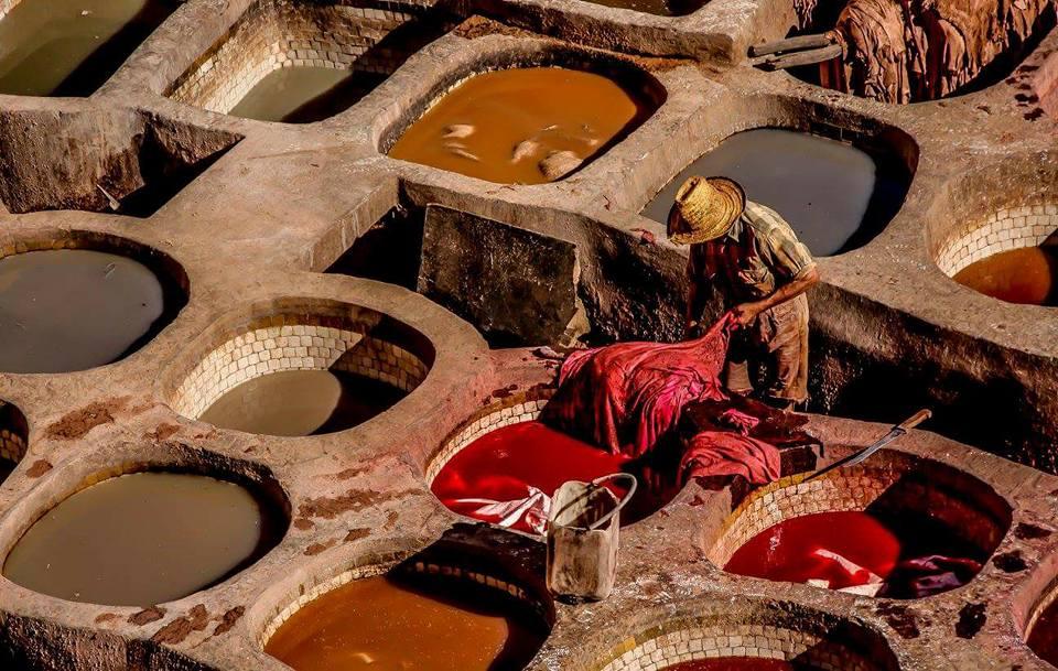 Hombre trabajando en tintorerías de Marrakech