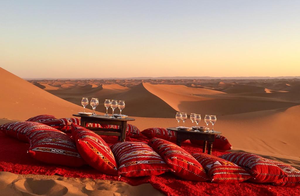 Desierto con almohadones y copas